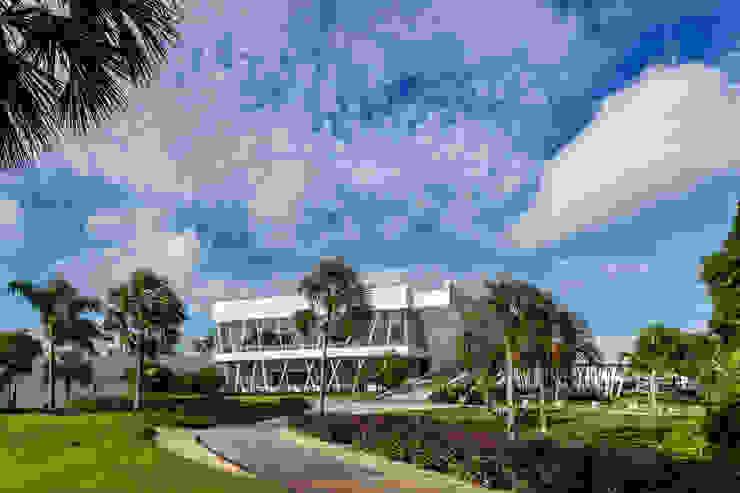 fachada hacia el hoyo 18 Estudios y despachos modernos de Daniel Cota Arquitectura   Despacho de arquitectos   Cancún Moderno Concreto