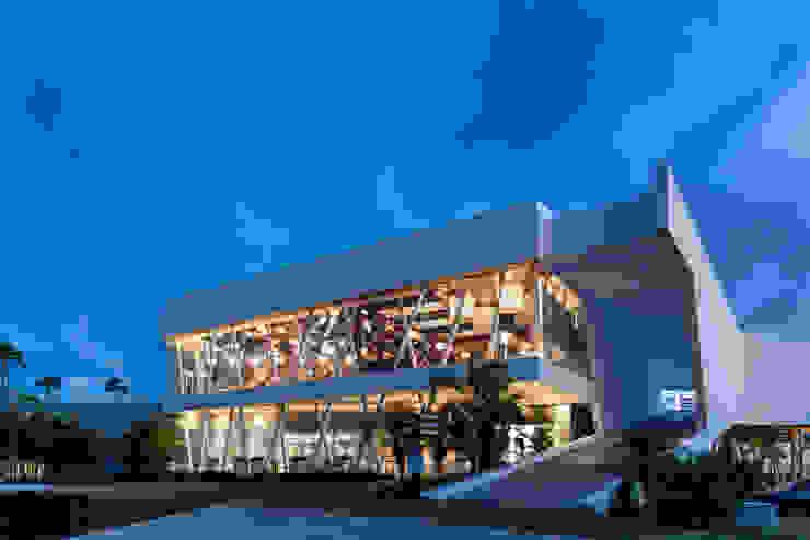iluminación fachada hacia el hoyo 18 Estudios y despachos modernos de Daniel Cota Arquitectura   Despacho de arquitectos   Cancún Moderno Concreto