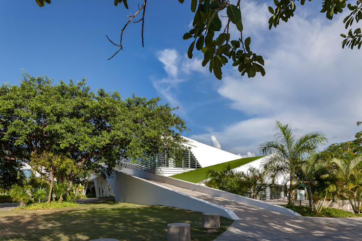 fachada hacia el tiro de práctica de Daniel Cota Arquitectura   Despacho de arquitectos   Cancún Moderno Concreto