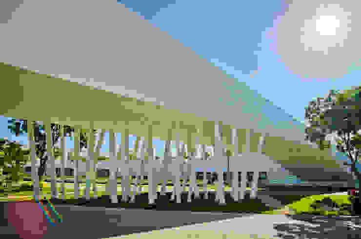 fachada puente Estudios y despachos modernos de Daniel Cota Arquitectura   Despacho de arquitectos   Cancún Moderno Concreto