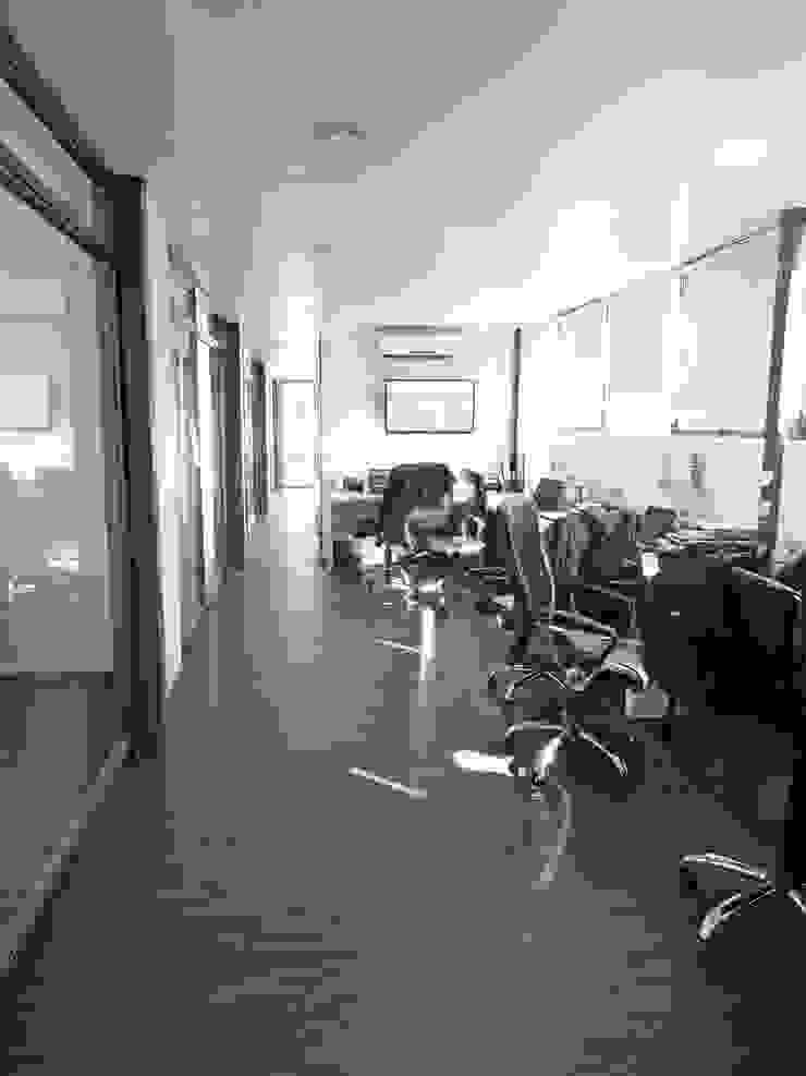 Oficinas Modulares Transportables Pasillos, halls y escaleras minimalistas de m2 estudio arquitectos - Santiago Minimalista