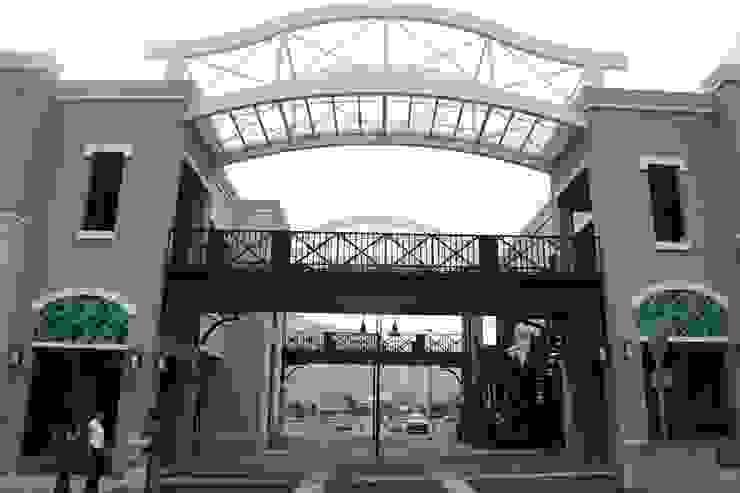 El Paseo Santa Catarina de Centro de Diseño 40, S.A. de C.v. Moderno