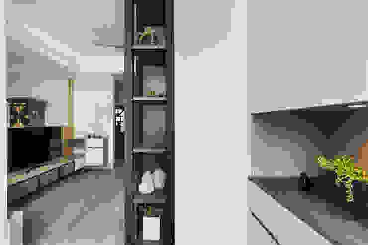 Pasillos, vestíbulos y escaleras de estilo moderno de 達譽設計 Moderno