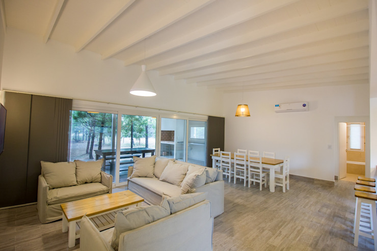 Casa modular en el barrio de Costa Esmeralda: Livings de estilo  por JOM HOUSES,Moderno