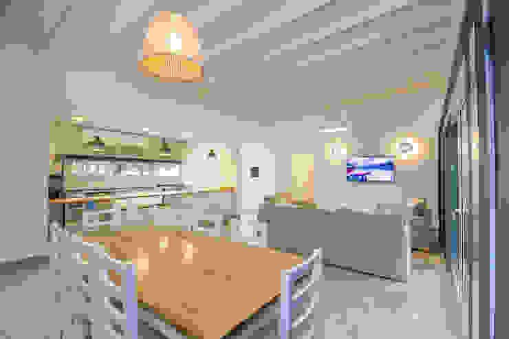 Casa modular en el barrio de Costa Esmeralda: Comedores de estilo  por JOM HOUSES,Moderno