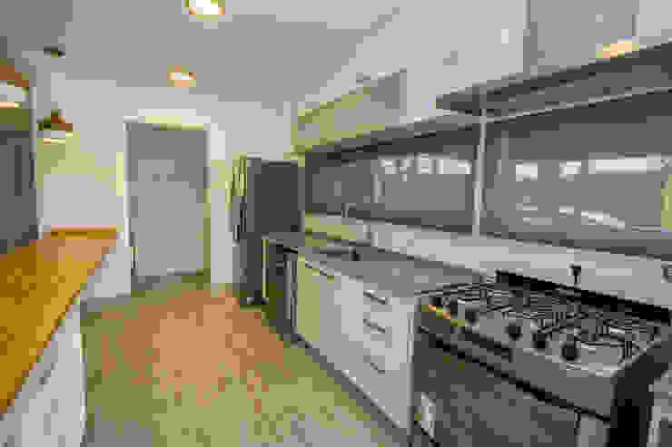 Casa modular en el barrio de Costa Esmeralda: Cocinas de estilo  por JOM HOUSES,Moderno