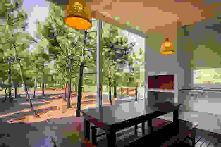 Casa modular en el barrio de Costa Esmeralda: Jardines de estilo  por JOM HOUSES,Moderno