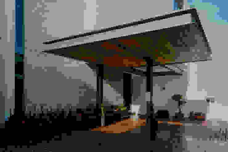 COCHERA de GRUPO VOLTA Moderno Concreto
