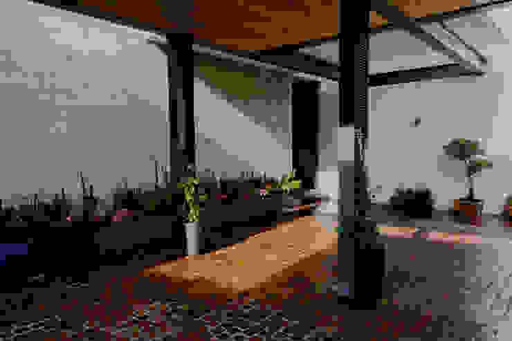 DETALLE DE COLUMNAS EN COCHERA de GRUPO VOLTA Moderno Concreto
