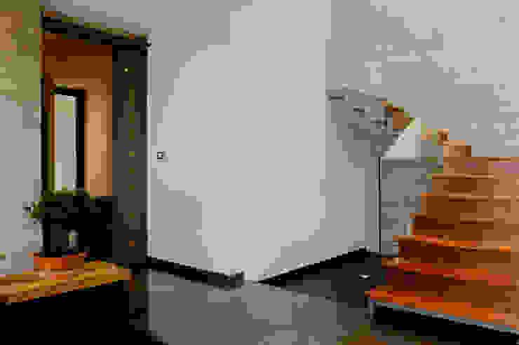 ESCALERAS PRINCIPALES de GRUPO VOLTA Moderno Madera Acabado en madera