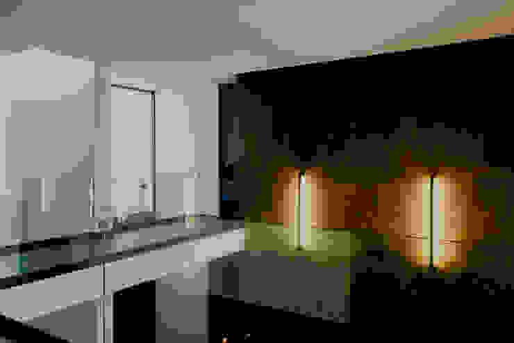 DOBLE ALTURA DE SALA Pasillos, vestíbulos y escaleras de estilo moderno de GRUPO VOLTA Moderno