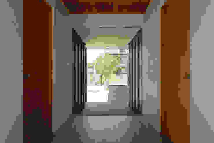 toki Architect design office Modern Corridor, Hallway and Staircase Wood White