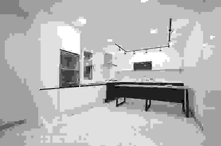 모두모두 모여서 식사를 할수 있는 주방 만들기: 예아디자인   [주]디자인그룹예아의 현대 ,모던 타일