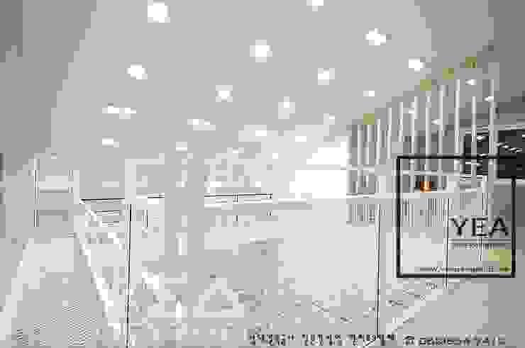 2층복도와 서재를 잇는 통로의 철재난간: 예아디자인   [주]디자인그룹예아의 현대 ,모던 철 / 철강