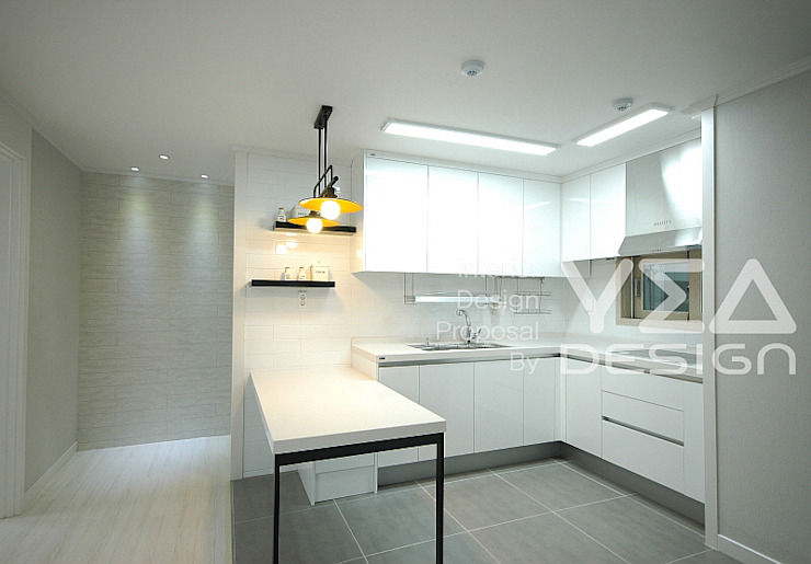 개방감있는 주방수납장과 예쁜선반이 어울어진 아일랜드식탁: 예아디자인   [주]디자인그룹예아의 현대 ,모던 타일