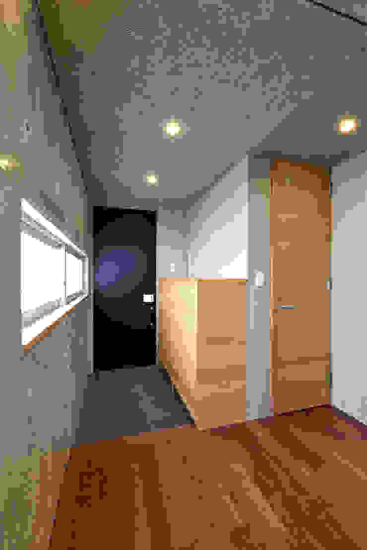 Modern corridor, hallway & stairs by プラソ建築設計事務所 Modern