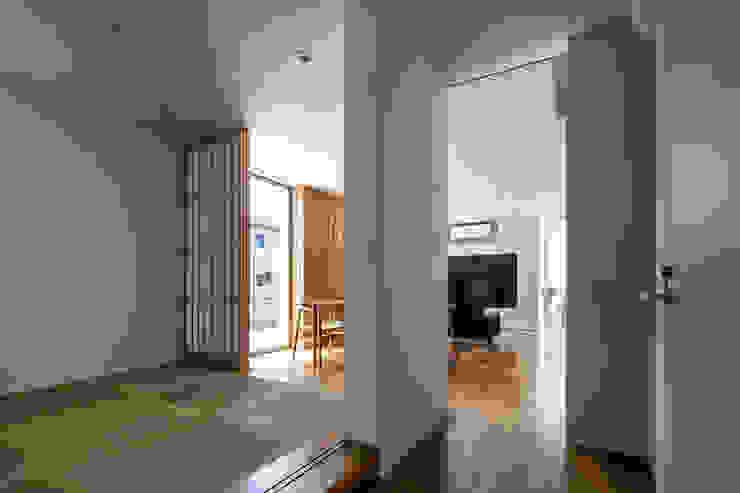 廊下からリビングを見る モダンデザインの 多目的室 の 松岡淳建築設計事務所 モダン
