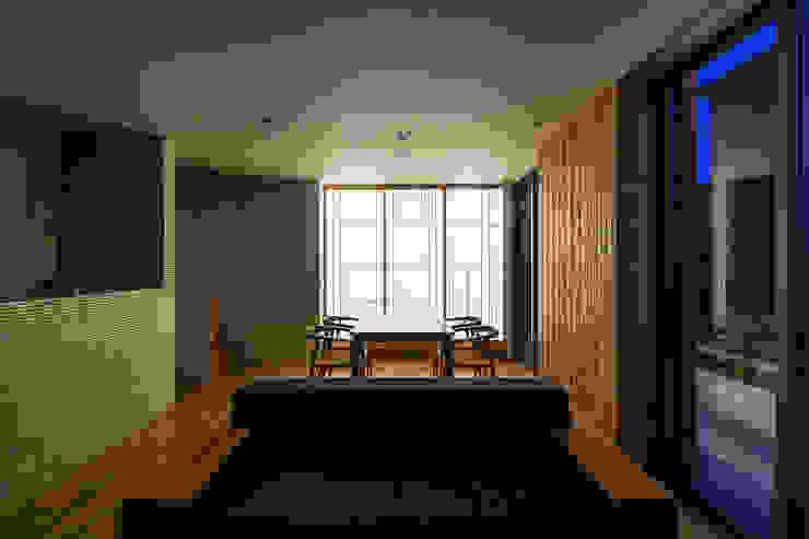 リビングダイニング(夕景) 松岡淳建築設計事務所 モダンデザインの リビング