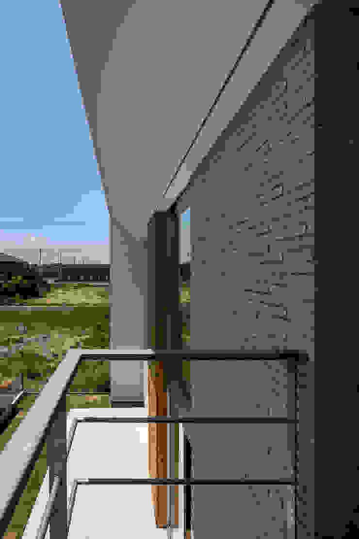松岡淳建築設計事務所 Modern style balcony, porch & terrace