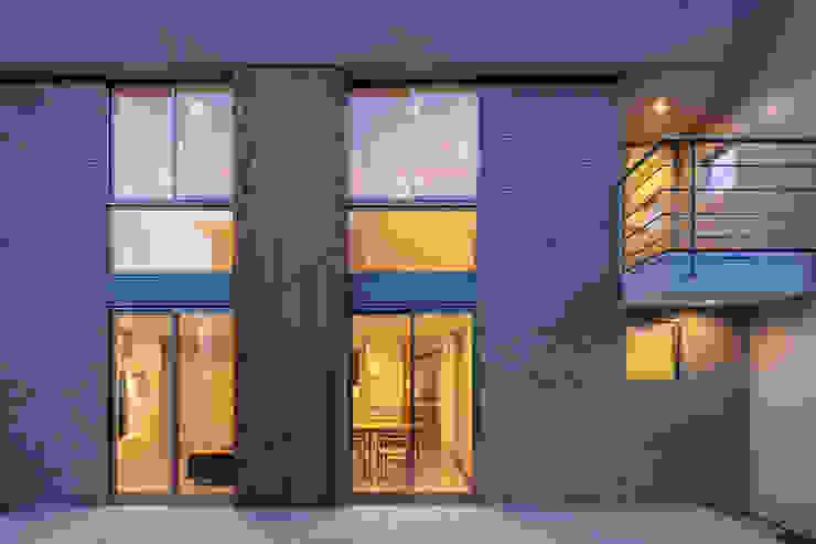 南側外観(夕景) 松岡淳建築設計事務所 モダンな 家