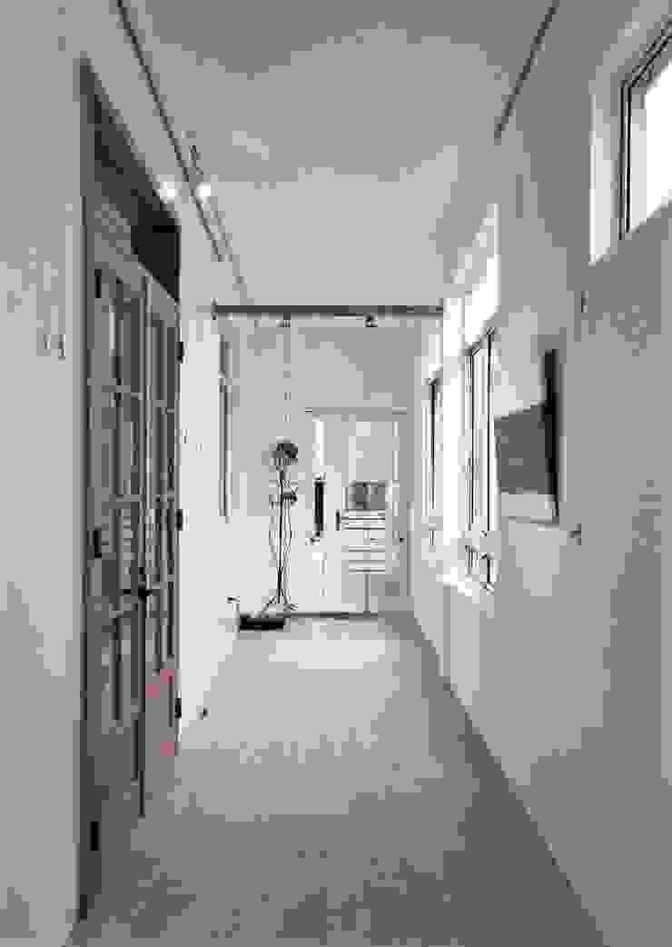 折紙居 II 白廊 隨意取材風玄關、階梯與走廊 根據 喬克諾空間設計 隨意取材風