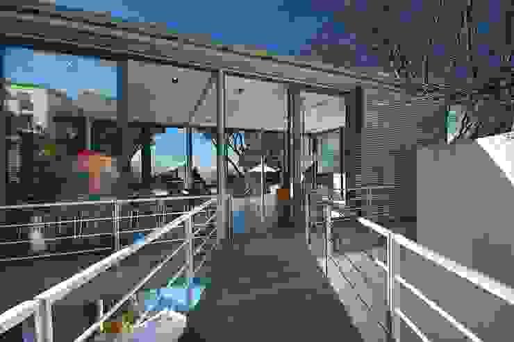 Bridge link entrance to living spaces by Van der Merwe Miszewski Architects Modern Glass