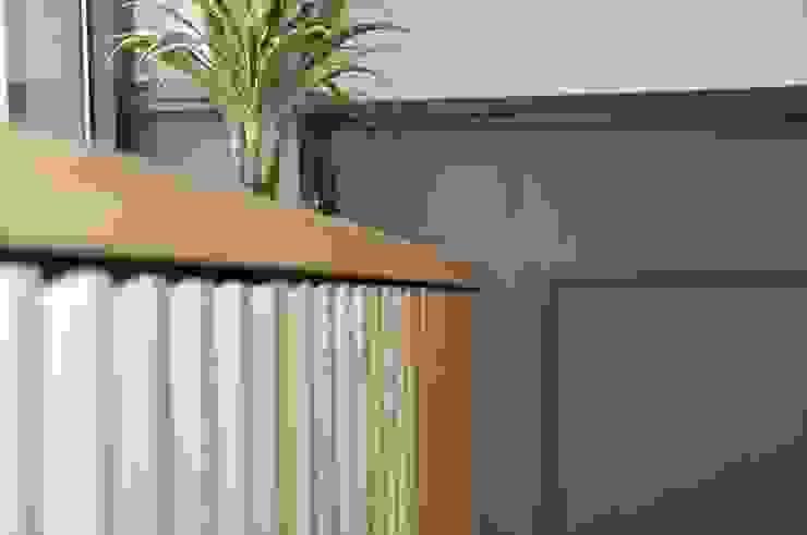 Dettaglio mobile vetrina Negozi & Locali commerciali moderni di Studio Forma Moderno