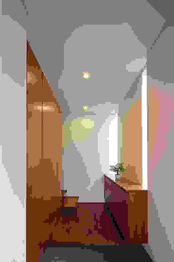 つなぎ梁の家 西島正樹/プライム一級建築士事務所 玄関&廊下&階段収納 木 木目調