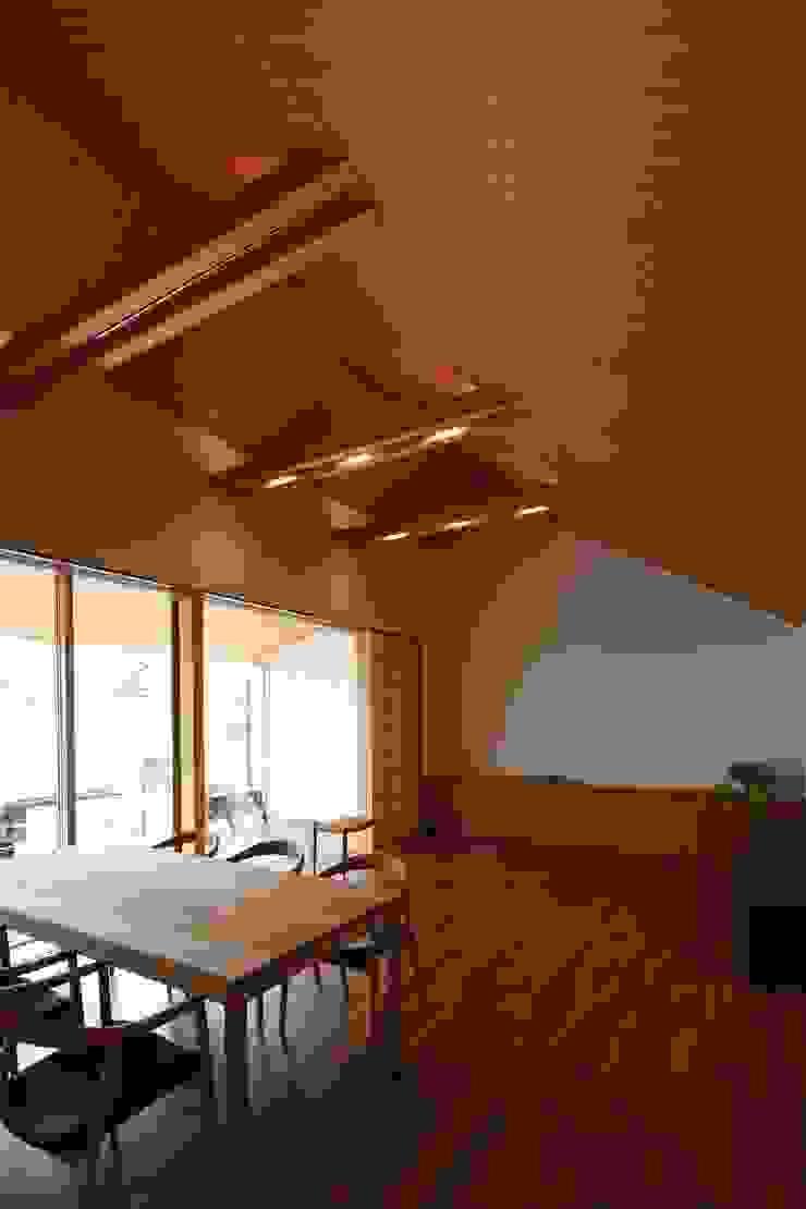 つなぎ梁の家 西島正樹/プライム一級建築士事務所 和風デザインの ダイニング 木 木目調