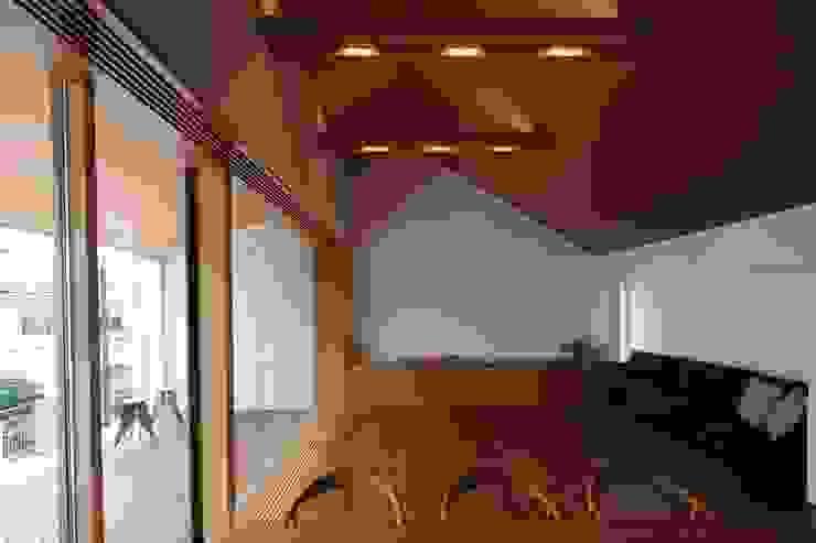 つなぎ梁の家 西島正樹/プライム一級建築士事務所 和風デザインの リビング 木 木目調