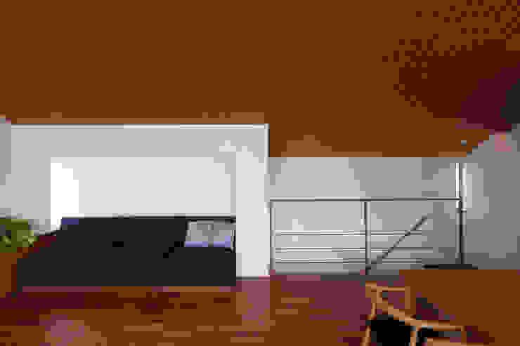 つなぎ梁の家 西島正樹/プライム一級建築士事務所 リビングルームソファー&アームチェア 木 木目調