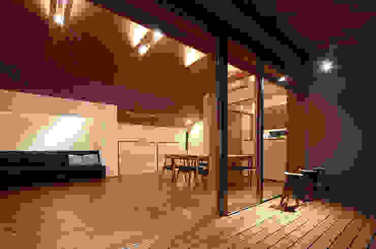 つなぎ梁の家 西島正樹/プライム一級建築士事務所 和風デザインの テラス 木 木目調