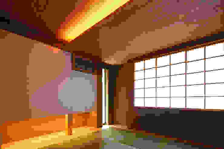 つなぎ梁の家 西島正樹/プライム一級建築士事務所 和風デザインの 多目的室 木 木目調