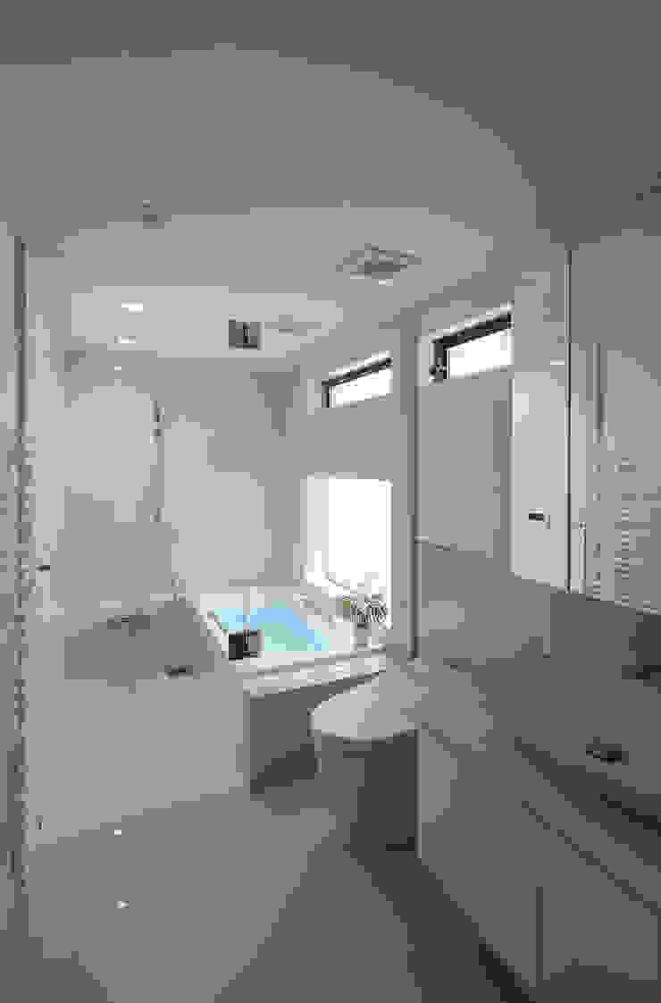 つなぎ梁の家 西島正樹/プライム一級建築士事務所 モダンスタイルの お風呂 セラミック 白色