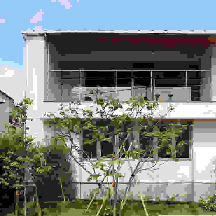 つなぎ梁の家 西島正樹/プライム一級建築士事務所 和風デザインの テラス スレート 灰色