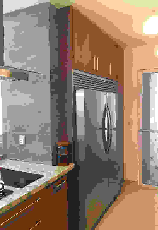 Cocina moderna con puertas de madera K+A COCINAS Y ACABADOS DE MONTERREY SA DE CV Muebles de cocinas Madera Acabado en madera