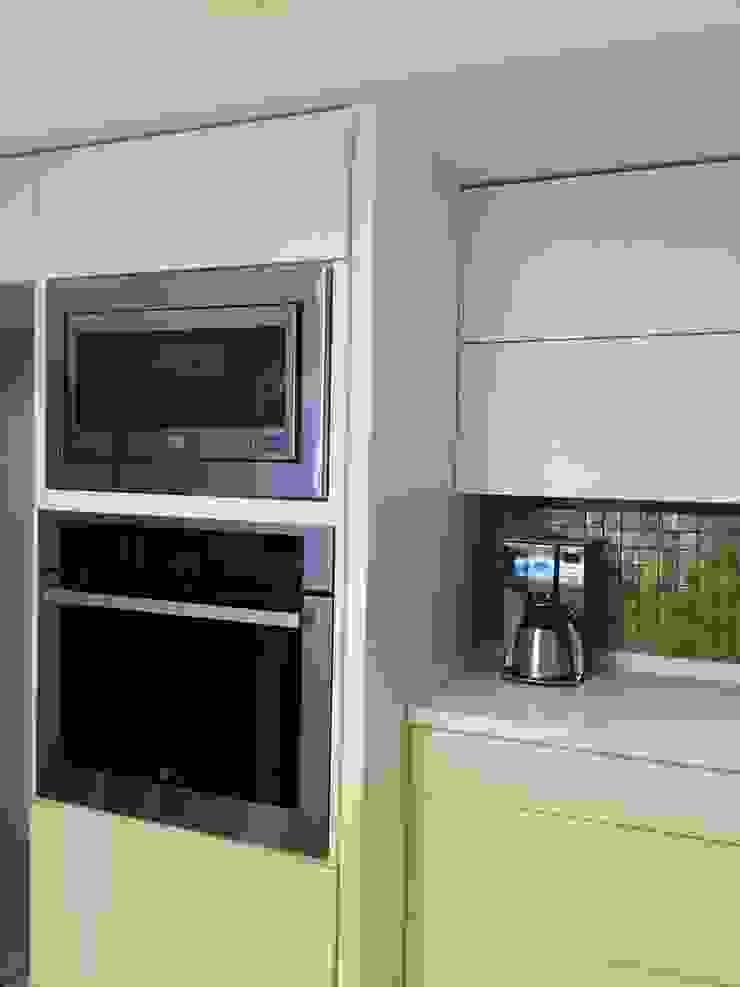 Cocina minimalista blanca K+A COCINAS Y ACABADOS DE MONTERREY SA DE CV Muebles de cocinas Derivados de madera Blanco