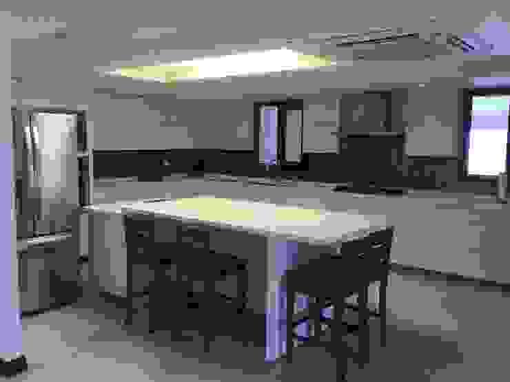 Cocina minimalista blanca K+A COCINAS Y ACABADOS DE MONTERREY SA DE CV Cocinas equipadas Derivados de madera Blanco