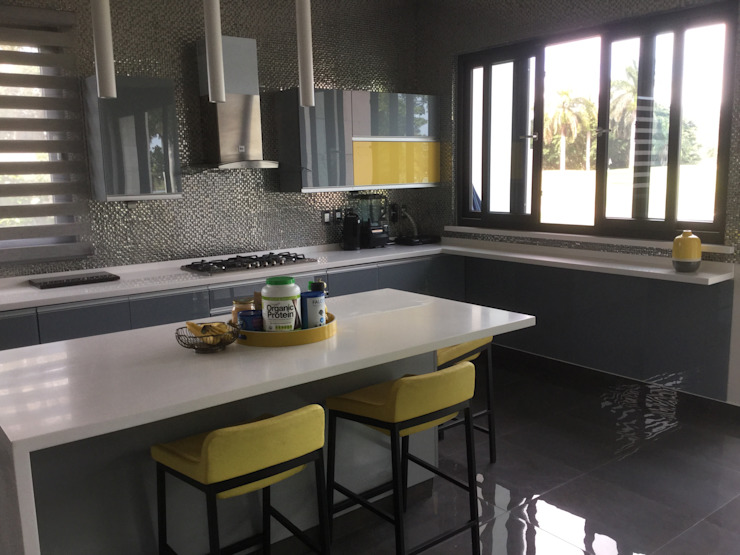 Cocina minimalista con puertas de cristal templado tono gris K+A COCINAS Y ACABADOS DE MONTERREY SA DE CV Cocinas equipadas Vidrio Gris