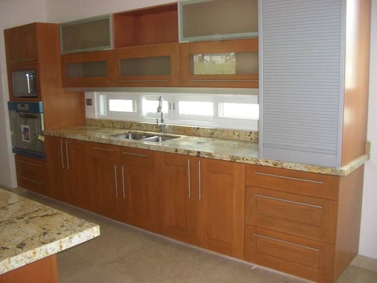 Cocina moderna con puertas de madera K+A COCINAS Y ACABADOS DE MONTERREY SA DE CV Cocinas equipadas Madera Acabado en madera