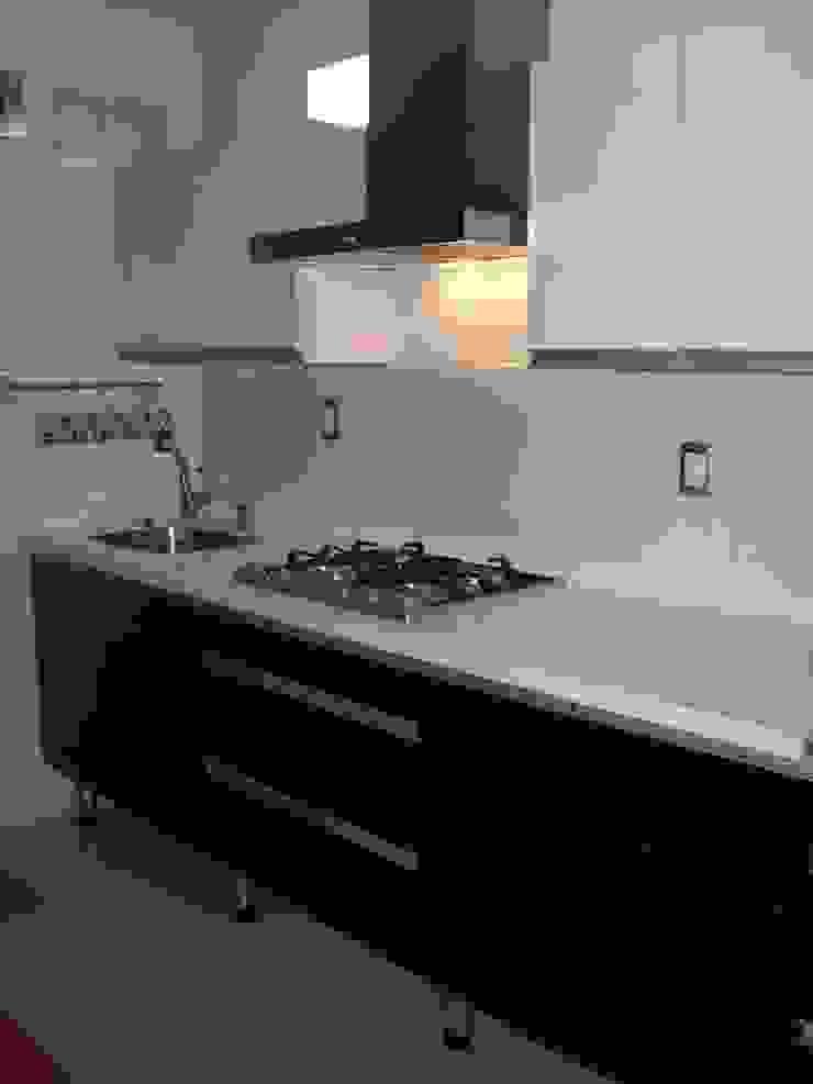 Cocina minimalista puertas de acrilico negro y blanco K+A COCINAS Y ACABADOS DE MONTERREY SA DE CV Cocinas equipadas Compuestos de madera y plástico Negro