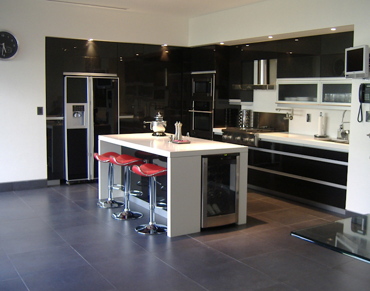 Cocina minimalista con acrilico negro K+A COCINAS Y ACABADOS DE MONTERREY SA DE CV Cocinas equipadas Compuestos de madera y plástico Negro