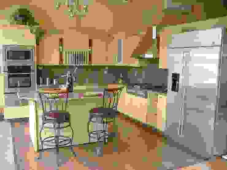 Cocina moderna con puertas de madera con diseño K+A COCINAS Y ACABADOS DE MONTERREY SA DE CV Cocinas modernas Beige