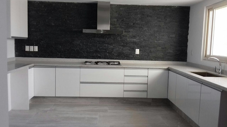 Cocina moderna con puertas de acrilico austriaco K+A COCINAS Y ACABADOS DE MONTERREY SA DE CV Cocinas equipadas Compuestos de madera y plástico Blanco
