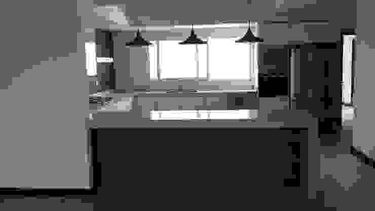 Cocina minimalista con puertas de acrilico austriaco K+A COCINAS Y ACABADOS DE MONTERREY SA DE CV Cocinas equipadas Compuestos de madera y plástico Gris