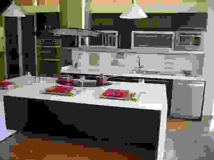 Cocina minimalista tono chocolate K+A COCINAS Y ACABADOS DE MONTERREY SA DE CV Cocinas equipadas Madera Negro