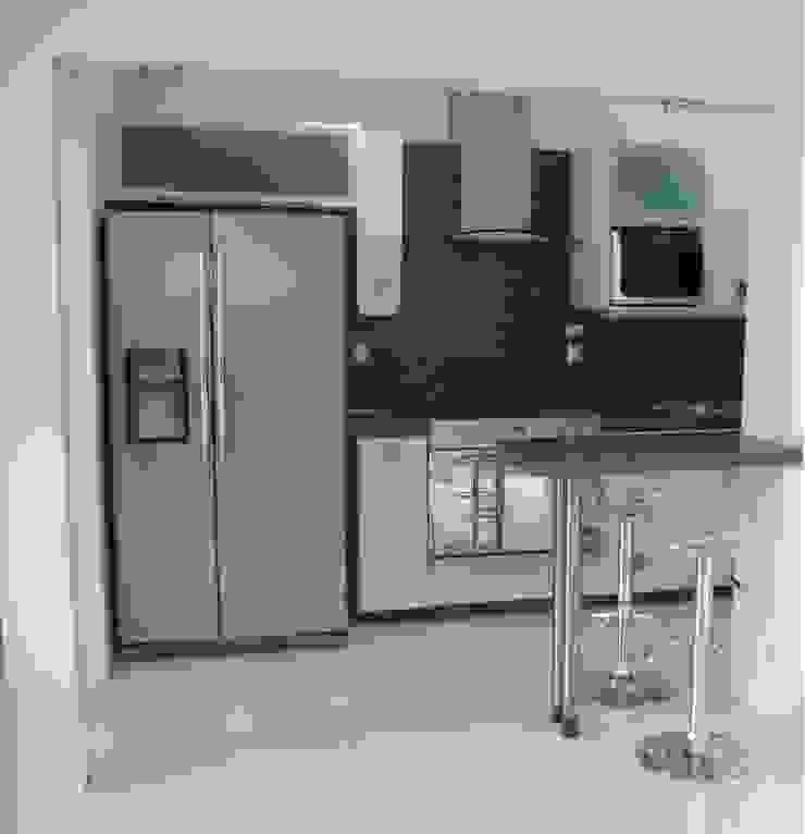 Cocina minimalista con cubierta y barra de resina K+A COCINAS Y ACABADOS DE MONTERREY SA DE CV Cocinas equipadas Aglomerado Blanco