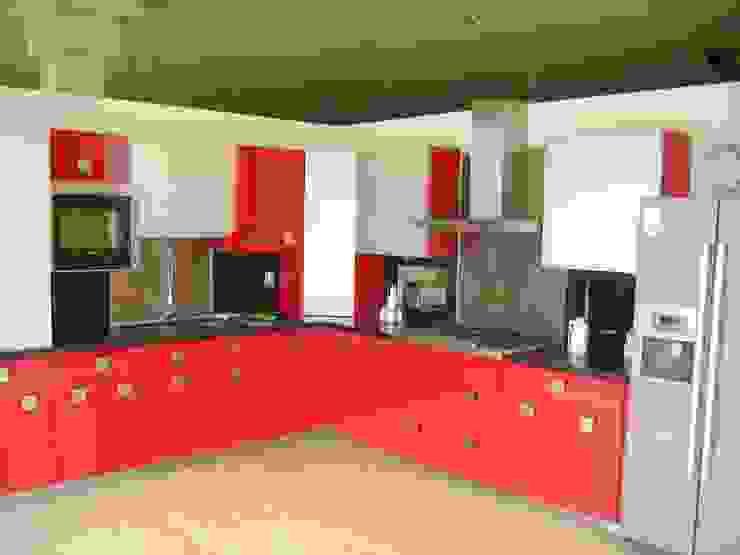 Cocina minimalista roja con puertas de cristal en alacenas K+A COCINAS Y ACABADOS DE MONTERREY SA DE CV Cocinas equipadas Compuestos de madera y plástico Rojo