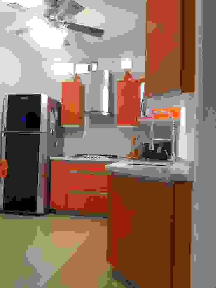 Cocina de acrilico naranja con cubierta de resina K+A COCINAS Y ACABADOS DE MONTERREY SA DE CV Cocinas equipadas Compuestos de madera y plástico Naranja