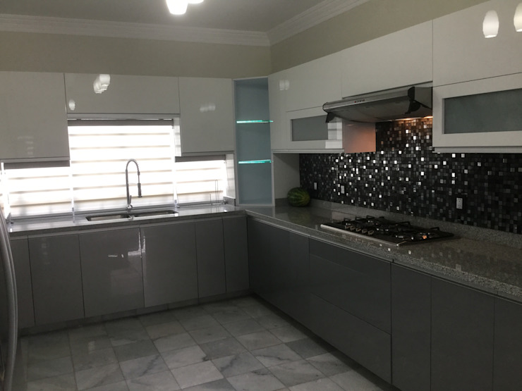Cocina minimalista con puertas de acrilico blancas K+A COCINAS Y ACABADOS DE MONTERREY SA DE CV Cocinas equipadas Compuestos de madera y plástico Blanco